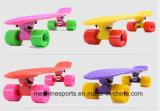 Haltbare Straße, die Plastikpenny-Skateboard surft