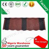 平屋根のタイルの赤くおよび黒い石の上塗を施してある屋根瓦