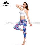 Die reizvollen Mädchen, die Yoga tragen, keucht Capri Legging