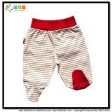 Le bébé blanc vêtx le pantalon aux pieds unisexe de bébé
