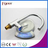 Grifo de cobre amarillo de la cocina del fregadero LED de Fyeer, potencia por la presión de agua, ningún grifo del golpecito de mezclador del agua de la batería