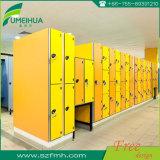 El amarillo impermeable y durable arropa el armario con el sitio colgante para el BALNEARIO