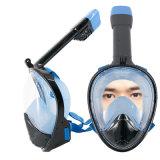 L'immersione subacquea navigante usando una presa d'aria subacquea del fronte pieno maschera 180 gradi