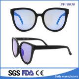 Los ojos de gato clásicos negros polarizaron las gafas de sol grandes del marco