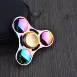 Brinquedos coloridos da mão do girador da inquietação do arco-íris no estoque