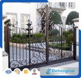 Puerta de jardín antigua del hierro labrado