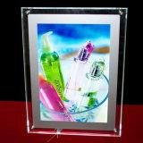 Pubblicità della visualizzazione che appende casella chiara di cristallo acrilica
