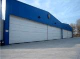 Hangar portable del aeroplano del marco de acero con la puerta de elevación flexible