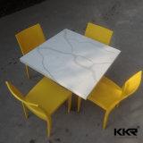 固体表面のホーム家具の白いテーブルの上