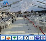 100명의 사람들은 판매를 위한 결혼식 천막을 지운다