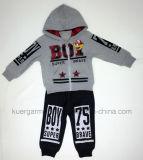 Симпатичный износ спортов в одеждах малышей