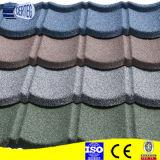 La sabbia ha coperto le mattonelle di tetto del metallo per la villa