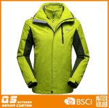 1つの暖かいスポーツジャケットに付き人の冬3つ