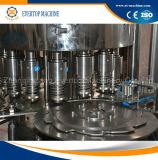 Bouteille d'animal familier buvant la machine de remplissage de l'eau minérale