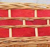 Cesta de mimbre hecha a mano del color rojo, buena para el almacenaje