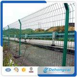 電流を通された庭の錬鉄の塀