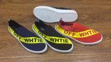 新しい動物によって印刷される平らな慰めの人の靴