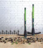 La mano lavora l'asta cilindrica lunga del piccone F/G per la pala della forcella di Gardening/DIY