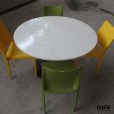 優雅でスムーズな感じの円形の人工的な石造りのダイニングテーブル