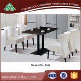 Uma tabela quadrada com as quatro cadeiras ajustadas