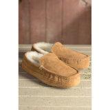 Низкие ботинки людей зимы овчины отрезока в каштане
