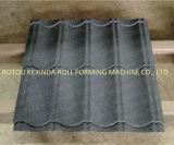 Mattonelle di tetto rivestite del metallo della pietra variopinta che formano la riga di brillamento di sabbia della macchina