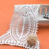 Colliers blancs de collet de lacet sur la robe, lacet décoratif de collier pour le vêtement