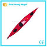 La mer simple se reposent dans le bateau de pêche de navigation de kayak