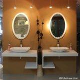 백색 사각 현대 독립 구조로 서있는 목욕탕 물동이
