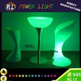 Im Freienmöbel geleuchteter Plastik-LED-Tisch