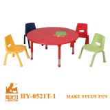 現代小学校の表および椅子