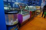 Refrigerador novo do Showcase do bolo e da padaria