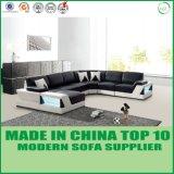 con il sofà chiaro del cuoio di disegno dell'angolo di figura del LED U