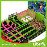 Parque encantador del trampolín del deporte del salto de altura del color