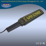 Metal detector tenuto in mano di sicurezza per l'esame del corpo