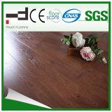 Extérieurs gravés en relief de chêne rouge imperméabilisent le plancher en stratifié
