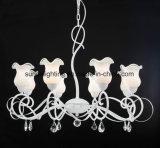 Revestimento branco elegante moderno com o candelabro branco leitoso