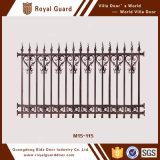 庭の塀か白い塀または庭のエッジングの塀