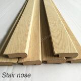 MDF non finito di modellatura di legno con gli accessori della pavimentazione della punta della scala dell'impiallacciatura della quercia