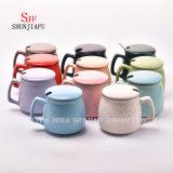 Taza de cerámica creativa con la tapa. Taza de café del desayuno