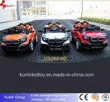 A potência de bateria recarregável do carro dos brinquedos das crianças roda o carro dos miúdos