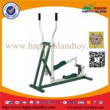 Im Freiengymnastik-Gerät für erwachsene Übung
