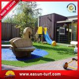 Preiswerter chinesischer künstlicher Gras-Teppich und Sport-Bodenbelag mit Entwässerung-Entwurfs-Löchern