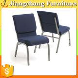 金属によって使用される鋼鉄教会椅子のスタック