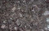 Tuile de Pearl Granite et galettes et partie supérieure du comptoir argentées