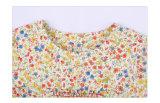 Ragazze all'ingrosso che coprono l'indumento dei bambini con il tessuto di cotone