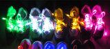 Lacet de Noël ou de chaussure de l'usager DEL dans la nuit foncée