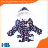 綿の一定の子供の冬のコートに着せている熱い販売の子供