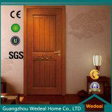 Klassischer weißer Furnier-Blattschnitt-Riss, der festes Holz-Tür anstreicht