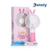 Mini ventilatore ricaricabile tenuto in mano del USB con le orecchie di coniglio sveglie